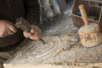 Steinmetz bei der Bearbeitung