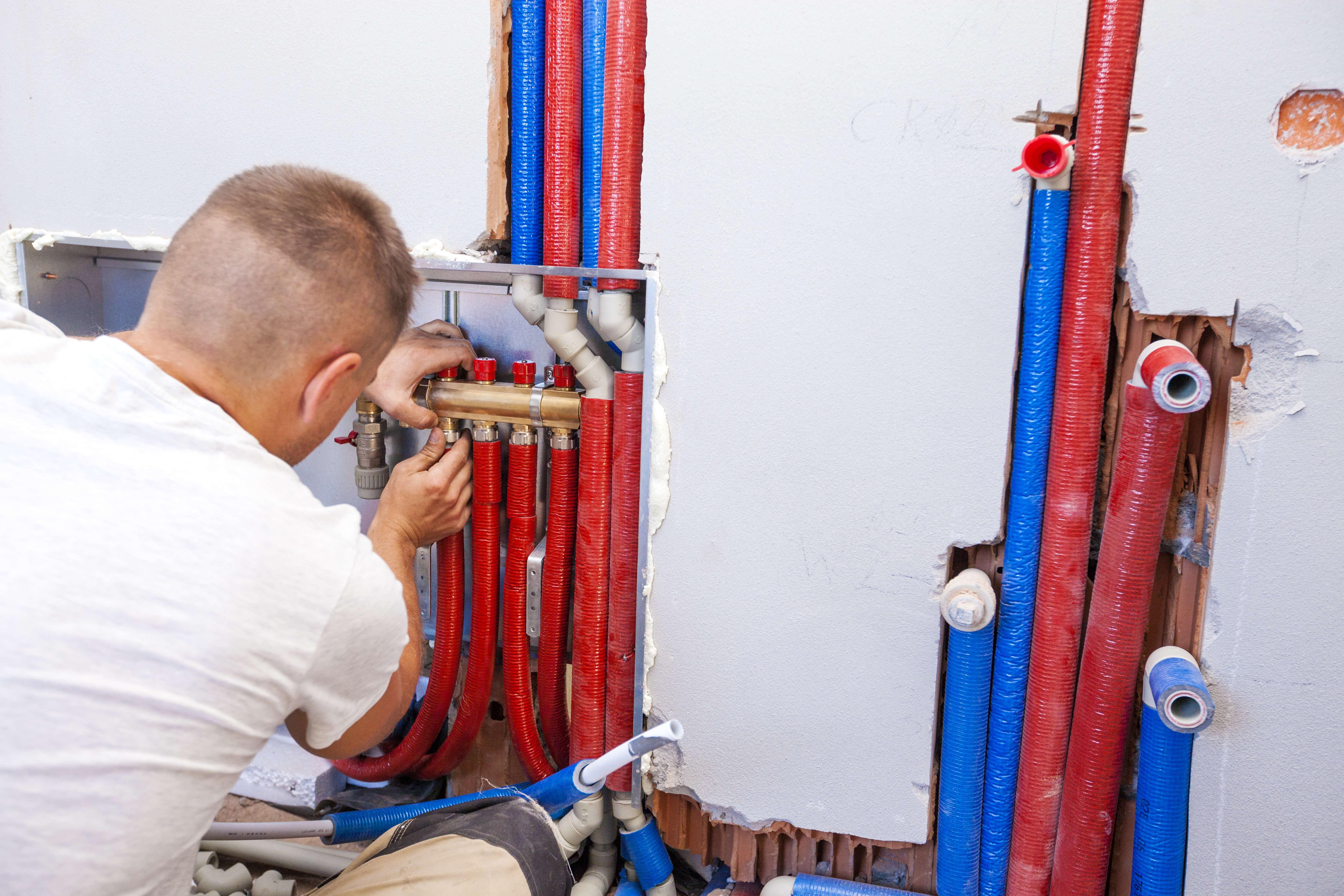 Installateur bei der Montage einer Zentralheizung